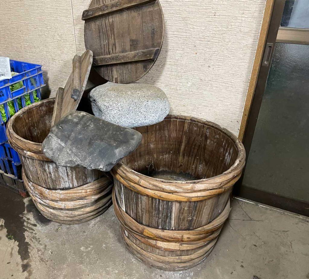 木樽と漬物石